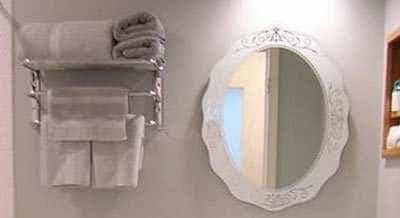 Ovale Spiegel Ophangen In Een Kleine Badkamer