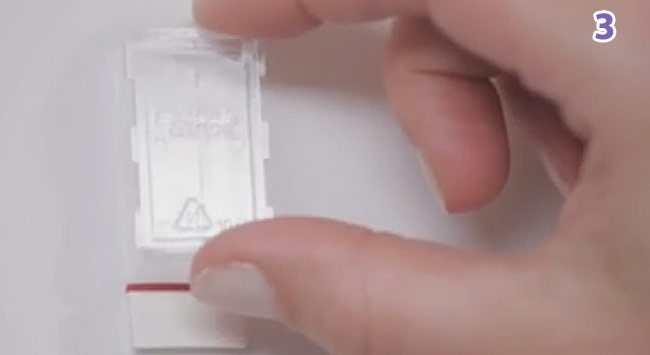 Stap 3 - Bevestig Het Plastic Clipje Op De Kleefstrip