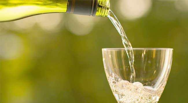 Witte Wijnvlekken Verwijderen [Meubels – Vloerbedekking – Kleding]