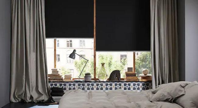 Donkere slaapkamer met rolgordijnen en verduisterende gordijnen