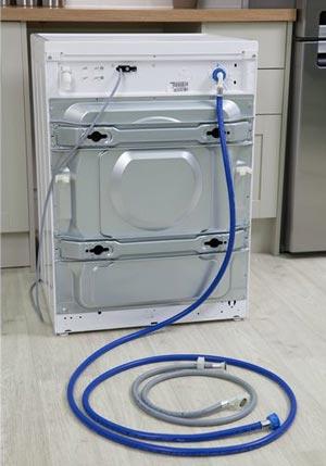 Slang en kabels goed vastplakken aan de wasmachine